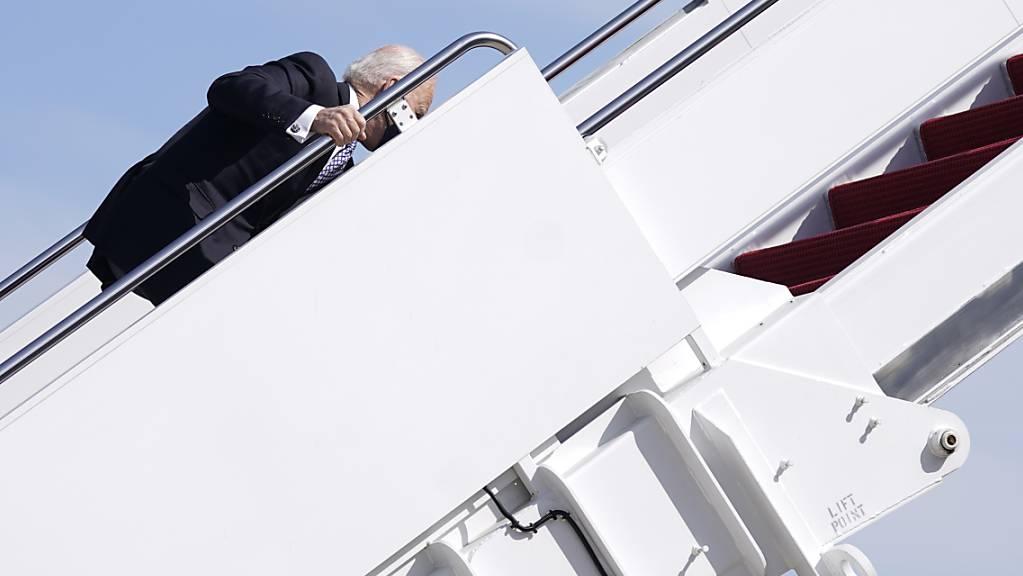 Joe Biden, Präsident der USA, hält sich am Geländer der Gangway fest, nachdem er beim Einsteigen in die Air Force One auf der Treppe gestolpert ist. Foto: Patrick Semansky/AP/dpa