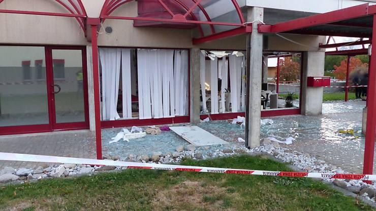 Aufgrund einer Explosion barsten die Fenster eines Geschäftsgebäudes in Givisiez FR.