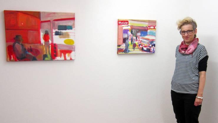 Die gebürtige Balsthaler Malerin und Grafikerin Vero Deubelbeiss vor ihren neuen Arbeiten in der Galerie Rössli