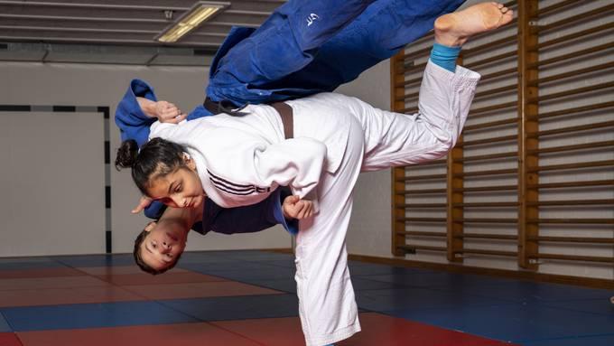 Dynamisch wirft Judoka Yasmin Abbani ihren Trainingspartner Julian Bersnak zu Boden.