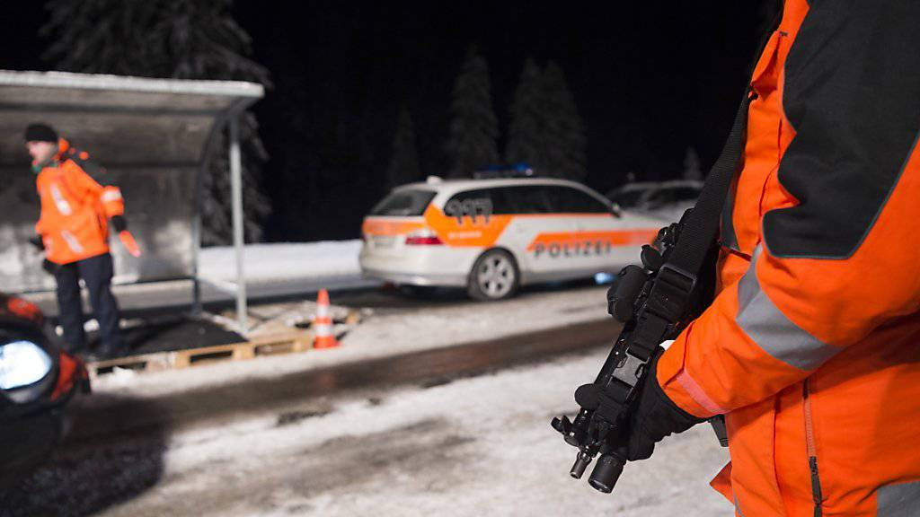 Die Zufahrt zum WEF wird streng bewacht. Einige Autos werden durchsucht, es kommen auch Sprengstoffhunde zum Einsatz.