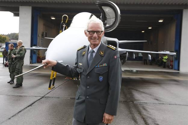 Der damalige Luftwaffenchef Markus Gygax vor dem Gripen.