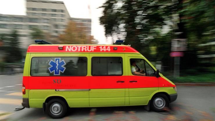 Die verletzte Velofahrerin musste mit Quetschungen ins Spital gebracht werden.