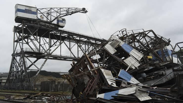 Der letzte seiner Art: Nur einer der beiden baugleichen Brückenkräne am Birsfelder Hafen überstand den Sturm. Der andere ist komplett zerstört.