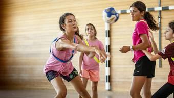 """Simon Schelling zeigt bei """"Move Your Summer"""" von Idée Sport 50 Primarschulkindern den Handballsport"""