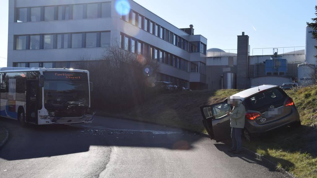 Auto rammt Linienbus - zwei Personen werden verletzt