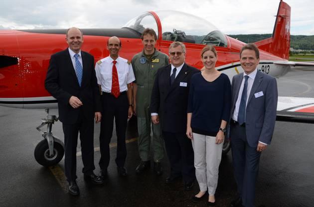 AeCS-Präsident Thomas Hurter mit Urs Fiechter Peter Merz Yves Burkhardt Nadine Hachen und Jürg Wyss (von links) vor einem PC-7-Trainingsflugzeug der Luft