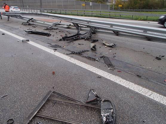 Das Auto kam in der Folge von der Fahrbahn ab und prallte in die Leitplanke.