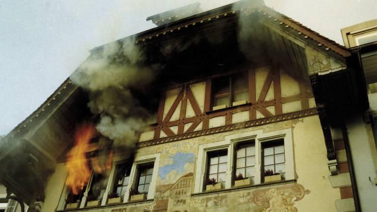 Freitag, 15. Januar 1999: Flammen schlagen aus dem Fenster des 2. Stocks im Oltner Rathskeller.