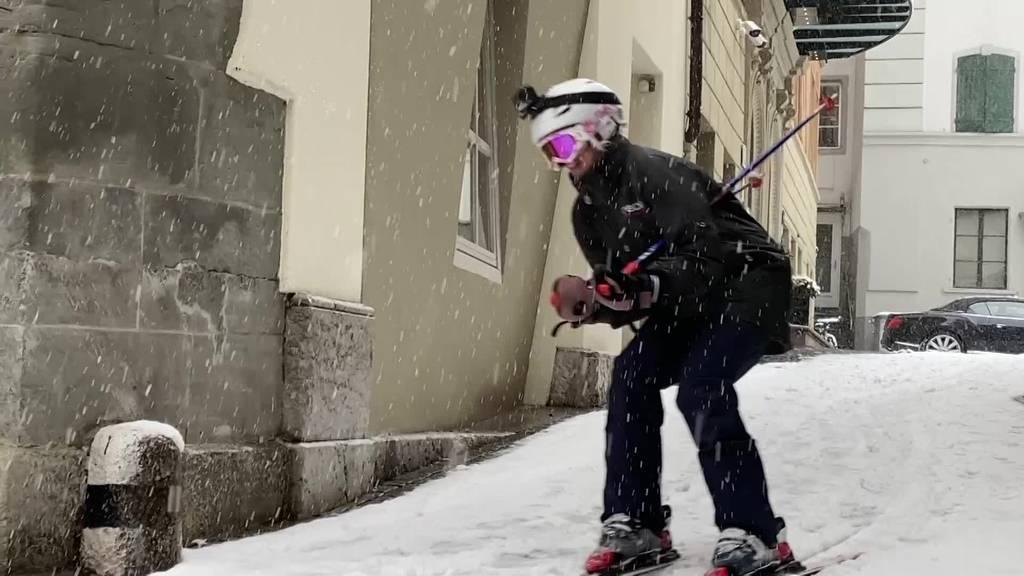 Der etwas andere Arbeitsweg: Mit Skiern durch Luzern