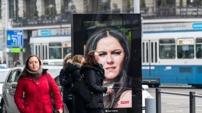 «Bewegte Bilder lenken unsere Aufmerksamkeit auf sich. Gnadenlos.»: Werbescreen beim Zürcher Hauptbahnhof. Foto: Mario Heller