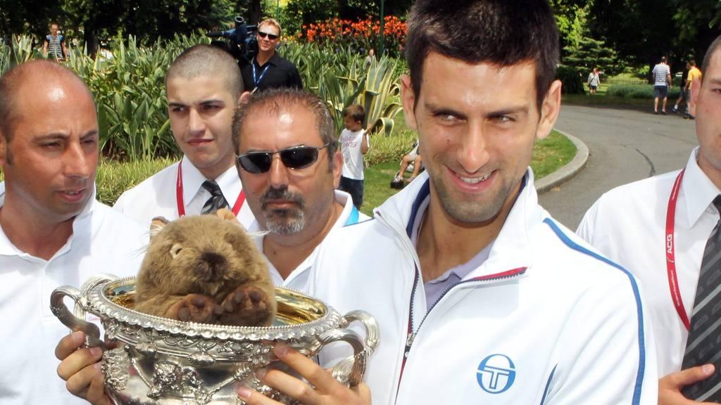 Der serbische Tennisprofi Novak Djokovic mit einem Plüsch-Wombat. In der Natur leiden Wombats unter einer speziellen Form der Krätze, deren Erreger in den langen, feuchten Höhlen der Beuteltiere besonders gut gedeihen. Das haben Roboter herausgefunden (Symbolbild)
