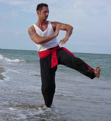 Der 43-jährige Basler ist einer der bedeutendsten Meister der asiatischen Kampfkunst in der Schweiz. Seit 2002 betreibt der Shifu seine eigene Gong- Fu-Schule Tian Long Guan in Oberwil. Sein Werdegang zum international renommierten Wushu-Lehrer führte ihn über Gewaltprävention, Polizeidienst sowie Ko