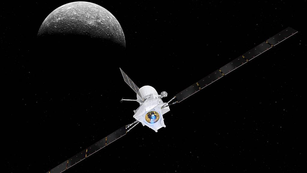 Eine künstlerische Darstellung der Raumsonde «BepiColombo» mit Merkur im Hintergrund. Am Freitag wird die Sonde das erste Mal an diesem Planeten vorbeifliegen.
