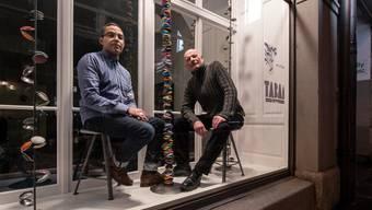 Coiffeur Ali Tabaï (links) eröffnet an der Klosterstrasse in Luzern seinen neuen Coiffeursalon mit einem Galerie-Schaufenster. Ruedi Zimmermann kuratiert das Kleinod und ist auch gleich der erste Künstler, der hier ausstellt.