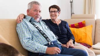 Solange Walter Oggenfuss in der Nacht noch ruhig schläft, will sich seine Frau Trudi zu Hause um ihn kümmern – mit der Hilfe von Familie, Freunden und Freiwilligen. Severin Bigler