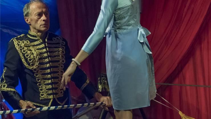 Direktor Fritz Zollinger mit einer Seiltänzerin in der Manege. ZVG