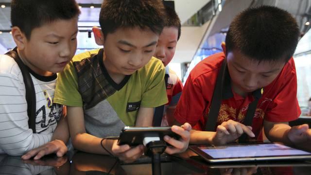 Südkoreanische Knaben spielen in einem Samsung-Showroom in Seoul mit Galaxy-Geräten (Archiv)