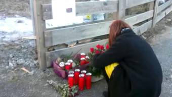 Tiefe Betroffenheit am Ort des Geschehens: In Luttach im Südtirol legen verschiedene Personen Kerzen und Blumen nieder, nachdem ein Verkehrsunfall sechs jungen Menschen das Leben gekostet hat.