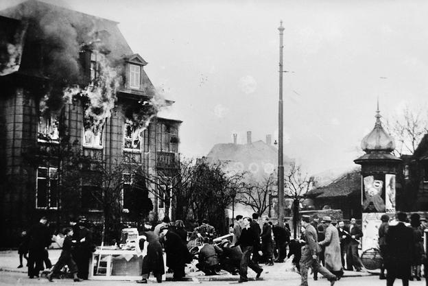 Da die Bomben an einem Sonntag fielen, befanden sich keine Arbeiter in den Firmengebäuden.
