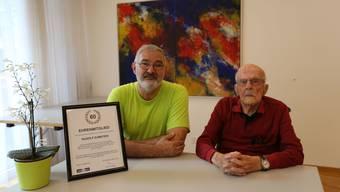 Der aktuelle Präsident Rainer Gizzi gratuliert dem 98-jährigen Rudolf Zumstein, der Gründungsmitglied und erster Präsident des Amateur-Filmclubs war.