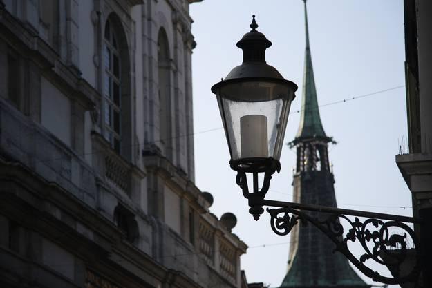 Diese pseudohistorischen Leuchten im Ypsilon der Altstadt sind an Fassaden oder auf Kandelabern montiert