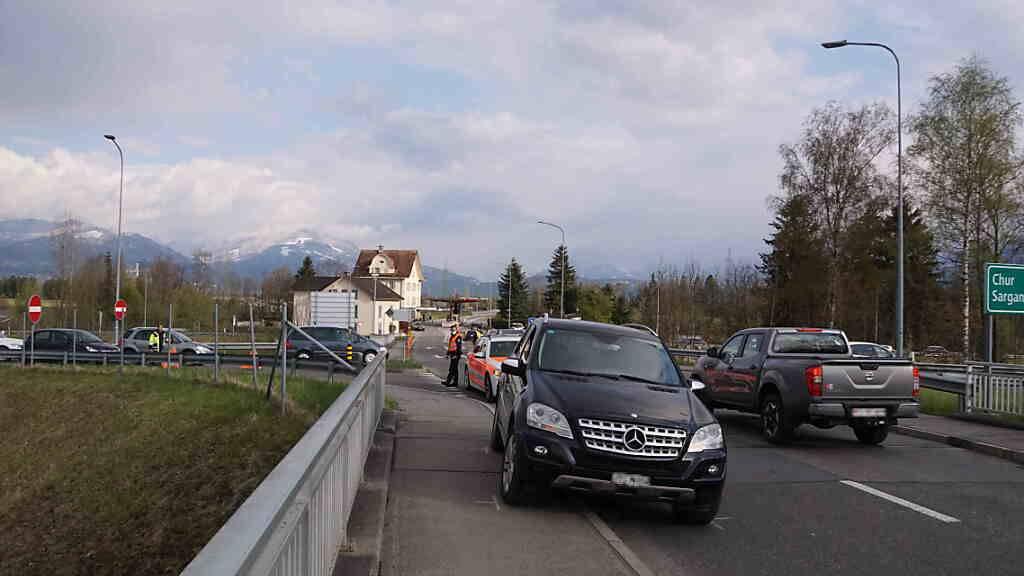 Beim Grenzübergang Oberriet SG ist ein Mitarbeiter der Zollverwaltung von einem Auto mitgeschleift worden. Die Umstände müssen noch weiter abgeklärt werden.