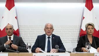 Die Bundesratsmitglieder Alain Berset, Ueli Maurer und Karin Keller-Sutter äusserten sich am Sonntagabend nach den Abstimmungen an einer Medienkonferenz in Bern zu den Resultaten. Aus Sicht von Bundespräsident Ueli Maurer bedeutet das Ja zum AHV-Steuerdeal Sicherheit.