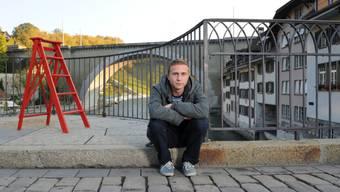 """Das Herumsitzen hat bald ein Ende: In """"Der Läufer"""", einem Kinofilm über einen gewalttätigen Spitzensportler, übernimmt der Berner Schauspieler Max Hubacher die Hauptrolle. (Archiv)"""