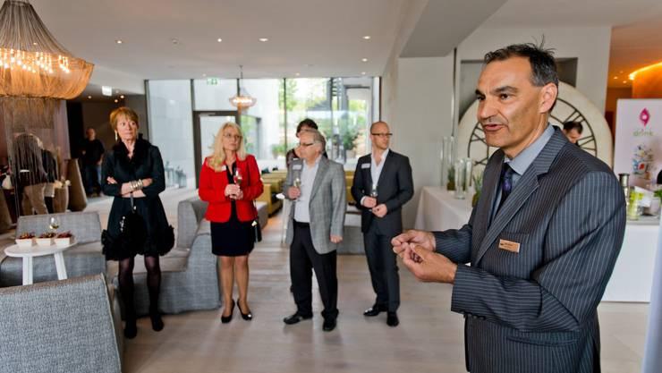 Gastgeber Felix Suhner empfängt die Gäste zur Führung