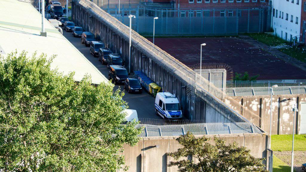 Polizeifahrzeuge in der Justizvollzugsanstalt Lübeck, wo es am Montagnachmittag eine Geiselnahme gab, die glimpflich endete.