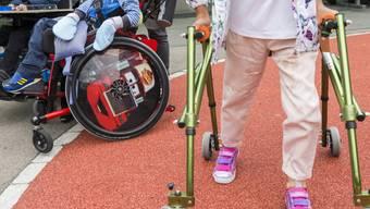Kinder im Rollstuhl und mit Gehhilfen - rund 54'000 Kinder in der Schweiz haben eine Behinderung. Jedes fünfte dieser Kinder ist in seiner Fähigkeit beeinträchtigt, so zu leben wie andere gleichaltrige Kinder. (Archivbild)