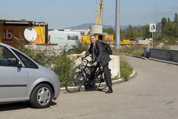 Der Basler Baudirektor Hans-Peter Wessels trifft sportlich mit dem Velo ein.