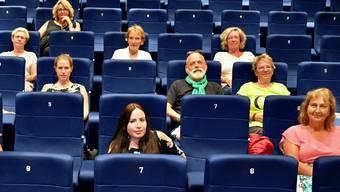 So sieht die Coronasitzordnung aus: Nur jeder zweite Sitzplatz wird besetzt. Paare dürfen zusammensitzen.