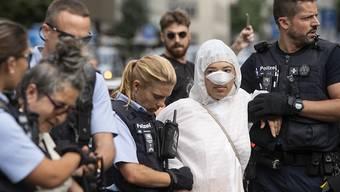 Polizisten führen am Montag Klimaaktivisten ab vor dem Eingang der Credit Suisse auf dem Paradeplatz in Zürich.