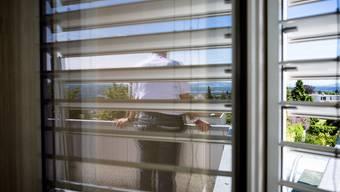 A. C. blickt auf dem Balkon seines Hauses ins        Reusstal. Er lebt mit seiner Familie in dem Haus, wo sich vor 20 Jahren das Familiendrama ereignete.