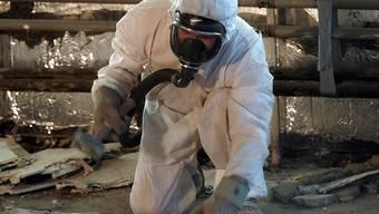 Bei der Entsorgung von Asbest gelten heute strenge Sicherheitsvorkehrungen (Archiv)