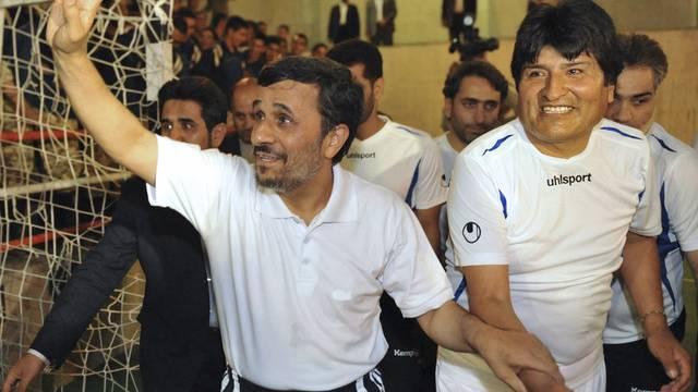 Ahmadinedschad und Morales bei einem Fussballspiel