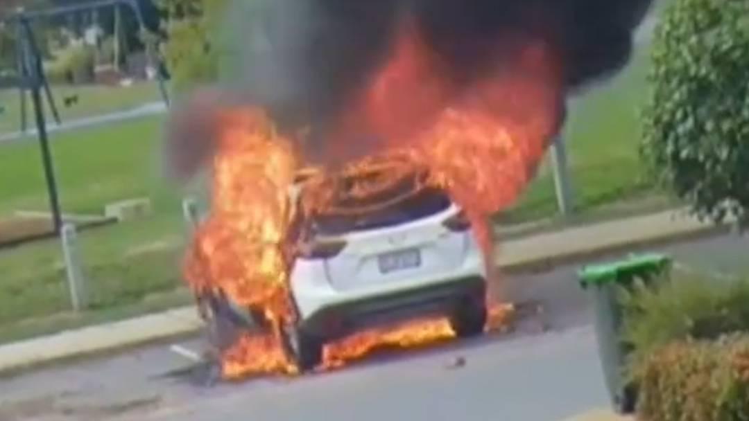 Dieses Auto brennt lichterloh – an Bord ein Baby