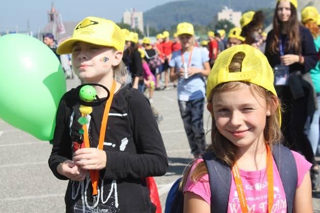 Finja (l.) und Lyn freuen sich über das schöne Wetter und die vielen Angebote am Jublaversum.