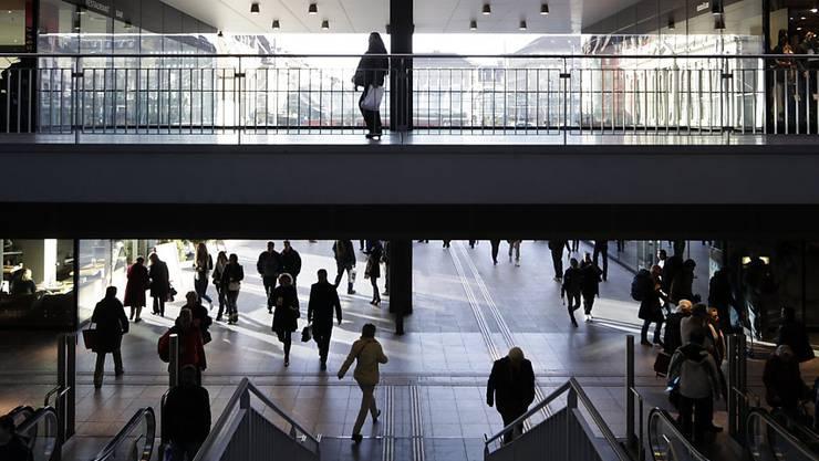 Nach einer Personenkontrolle im Bahnhof Bern (Bild) eskalierte die Situation. (Archivbild)