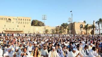 Menschen in Libyen beim Morgengebet zum Ende des Fastenmonates