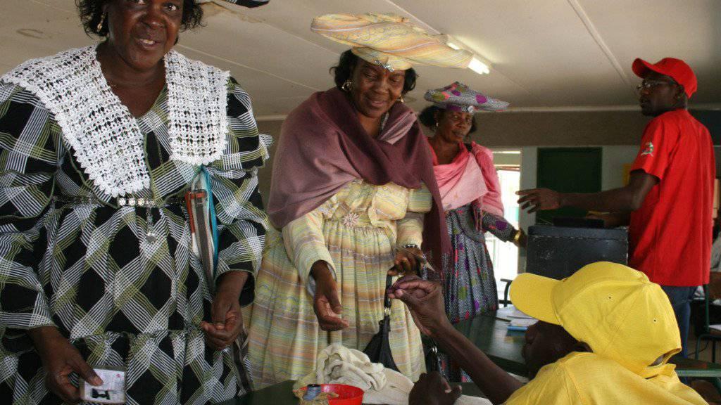 Herero-Frauen in traditionellen Gewändern geben bei den Wahlen in Namibia 2009 ihre Stimme ab: Die Völkergruppe versucht mit einer Sammelklage in den USA Schadenersatz für den Völkermord durch die damalige deutsche Kolonialherrschaft zu erhalten. (Archivbild)