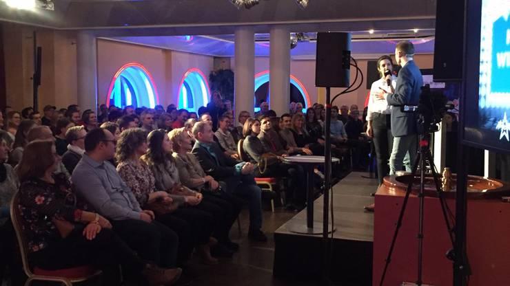 Das Publikum ratete höchst konzentriert mit.