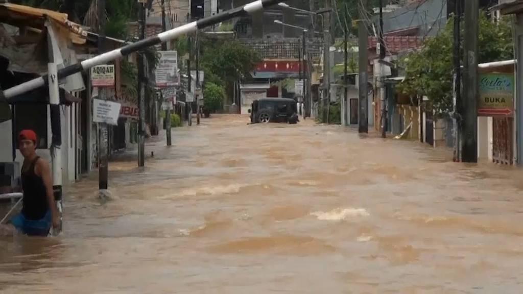 Jakarta: Bewohner harren in überfluteten Häusern aus