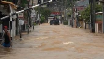 Anhaltende Regenfälle haben im Gebiet um die indonesische Hauptstadt Jakarta zu schweren Überschwemmungen geführt. Tausende Gebäude stehen unter Wasser. Trotzdem harren viele Bewohner in ihren Häusern aus.