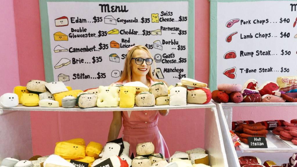 «Lucy Sparrow's Delicatessen on Fifth» - so heisst ein Laden der britischen Künstlerin Lucy Sparrow im Rockefeller Center. Die Delikatessen, die sie dort anbietet, von Käse über Fleisch oder Gemüse bis zu Süsswaren, sind indes alle aus Filz.