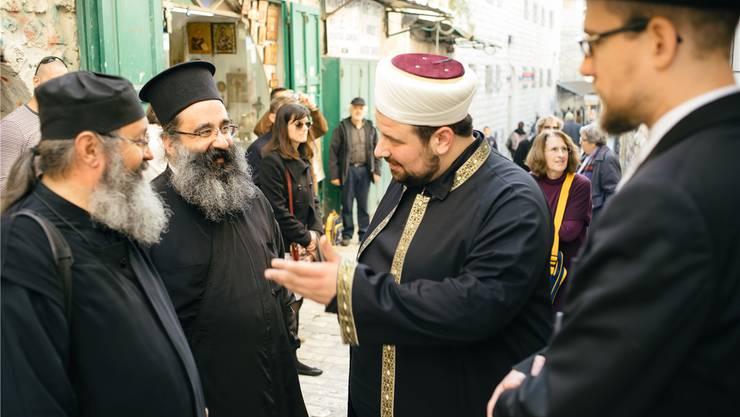 Schlomo Hofmeister und Ramazan Demir tauschen sich in der Altstadt von Jerusalem mit Christen aus und erzählen von ihrer Reise.