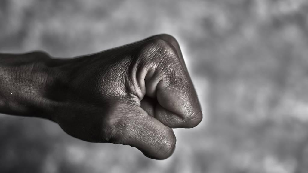 Der 20-jährige Mann wollte einen Streit schlichten. Dabei wurde er niedergeschlagen. (Symbolbild)