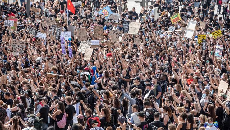Teilnehmer der «Black Live Matters»-Demonstration in der Zürcher Innenstadt. Gemäss offiziellen Angaben haben daran rund 10'000 Personen teilgenommen.